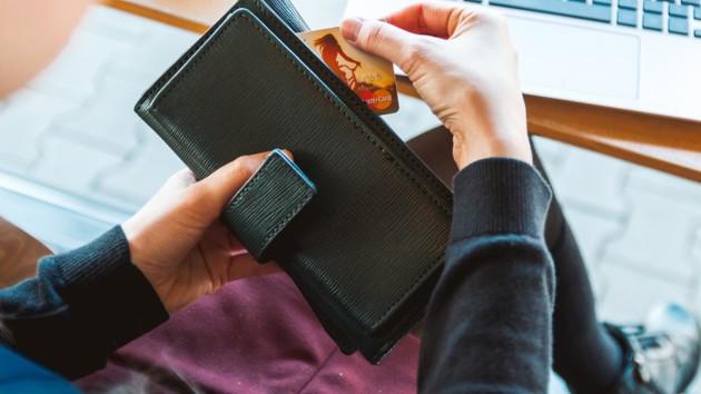 Мошенники и банковские карты: как себя обезопасить и как вернуть украденные деньги