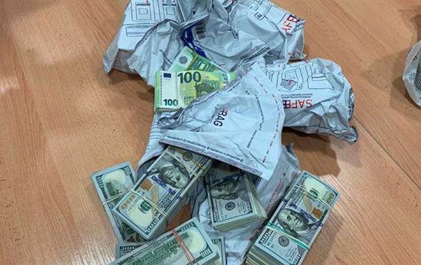 У украинца конфисковали €500 тыс. и $240 тыс., которые он вез через границу